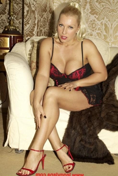 Leggy Lana Cox