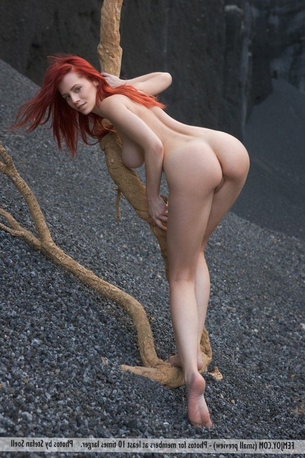 Redhead shows off her nice ass