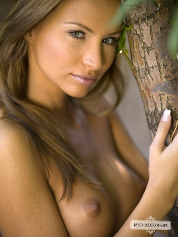 Agnes exposes her nicely tanned and beautiful body in the alley.