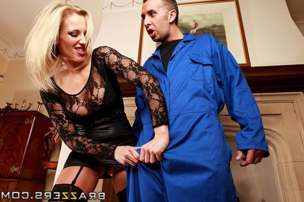 The mover gets fuck by a nasty milf!!!!